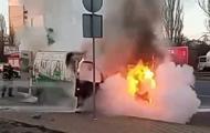 Горящий микроавтобус в Киеве попал на видео