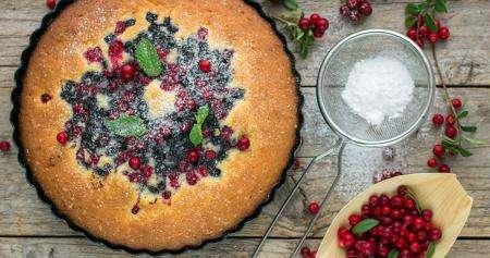 Бисквитный торт с ягодами и сметанным кремом